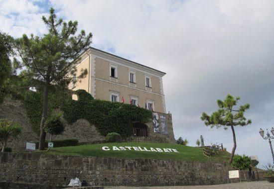 castellabate il castello 550x380 - Il borgo di Castellabate visto dal drone - video