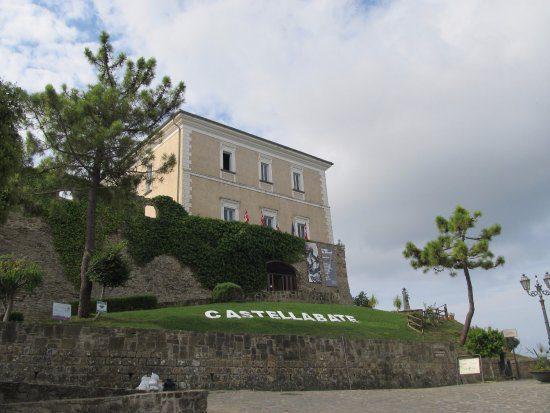 castellabate il castello - Il borgo di Castellabate visto dal drone - video