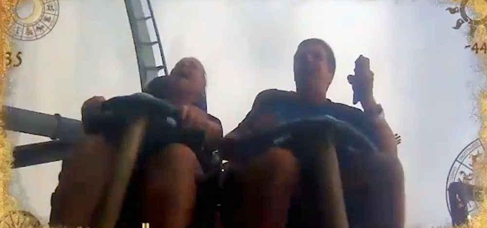 Immagine2 1 - Curiosita': perde smartphone sulle montagne russe: un altro passeggero lo prende al volo - video