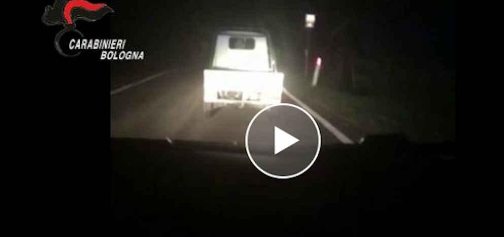 apecar - Tenta di seminare i carabinieri, la fuga in Ape car - video