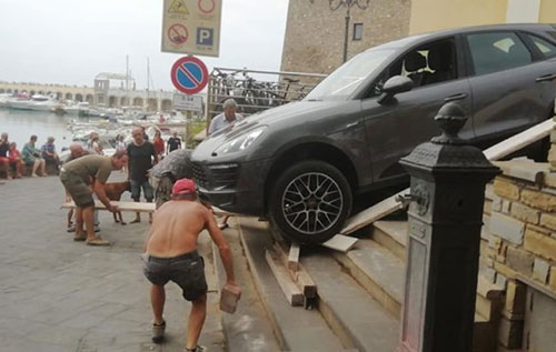 porsche acciaroli - Acciaroli, finisce con la Porsche sulle scale