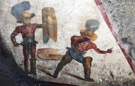Pompei: nuovo affresco con due Gladiatori