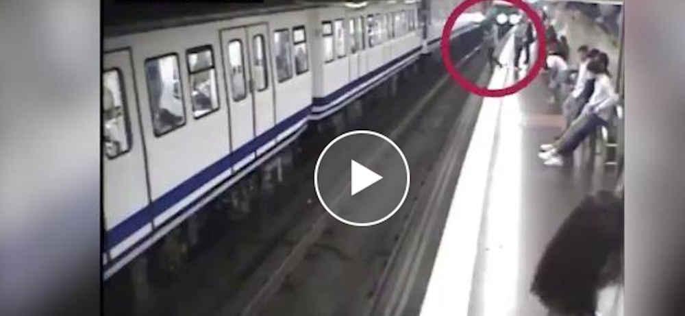 Madrid, cade sui binari mentre guarda il cellulare: il conducente del metrò la salva – video