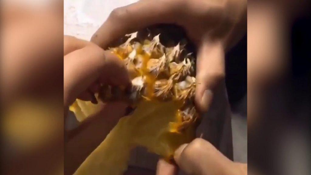 Sbucciare l'ananas con le mani – video