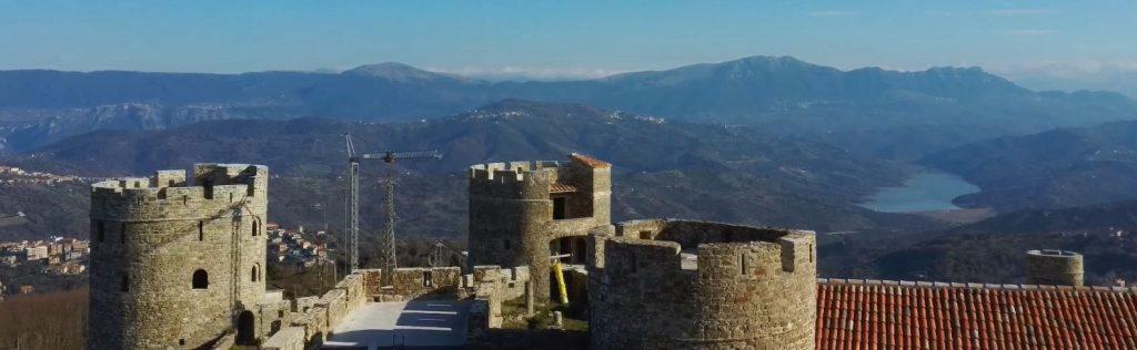 ROCCA 1 1024x316 - E' a buon punto il Castello di Rocca Cilento... non sappiamo di piu' ma, quando sara' realizzato, sara' uno spettacolo - video dal drone!
