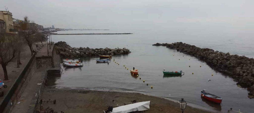 """VIDEPRO 1024x457 - Salerno, """"un mare di rifiuti"""" - volontari raccolgono rifiuti al porticciolo (il video prima della pulizia)"""
