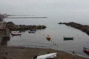 """Salerno, """"un mare di rifiuti"""" – volontari raccolgono rifiuti al porticciolo (il video prima della pulizia)"""