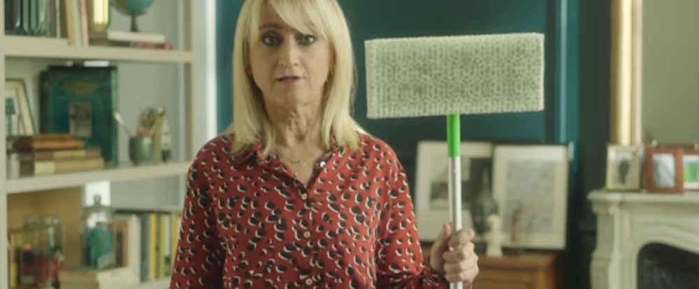 Luciana Littizzetto e lo spot Swiffer: smorfie, papere e pernacchie – video