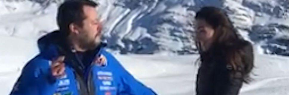"""Salvini imita il gesto del Papa """"strattonato"""" dalla fidanzata… – video"""