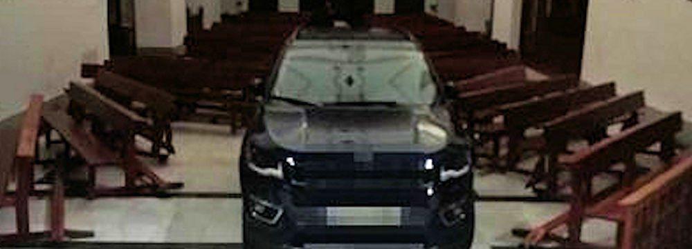 Automobilista «posseduto» entra in chiesa con il suv e scatena il caos – video