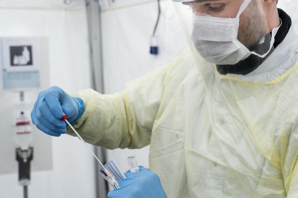 "coronavirus medico tampone Afp 1024x682 - ""Numero positivi 5-10 volte più alto"""