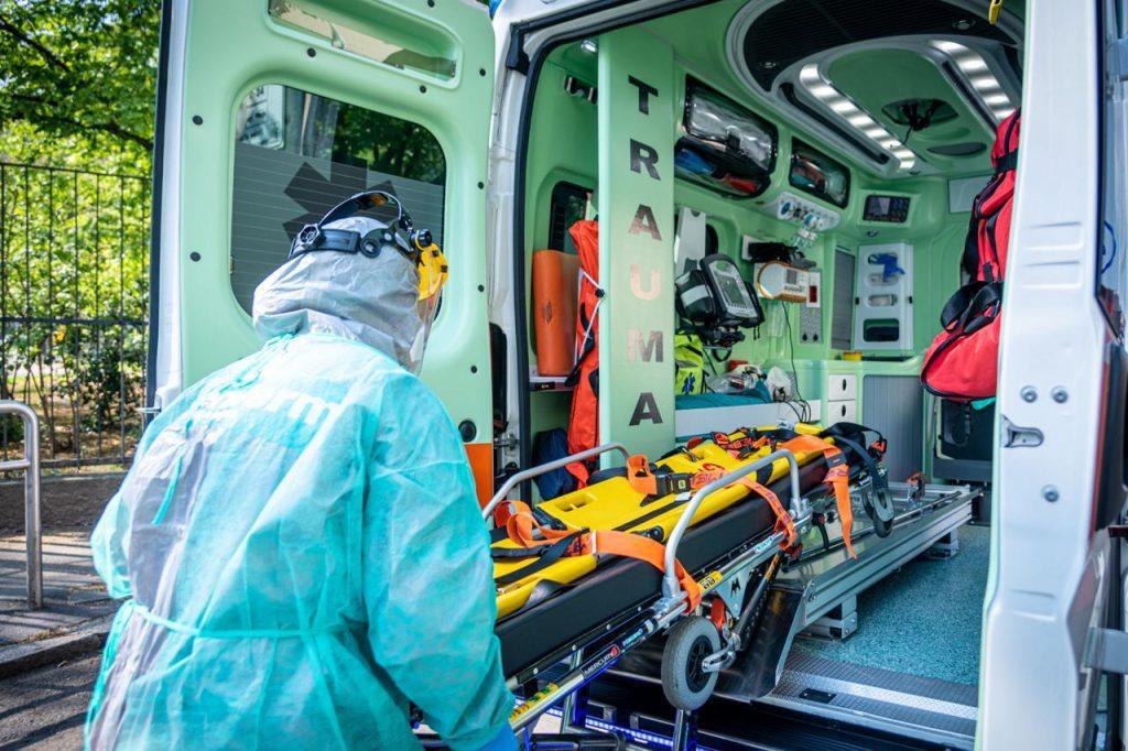 covid ambulanza milano fg 1024x682 - Covid, 181 i medici morti: le ultime vittime a Napoli e Roma