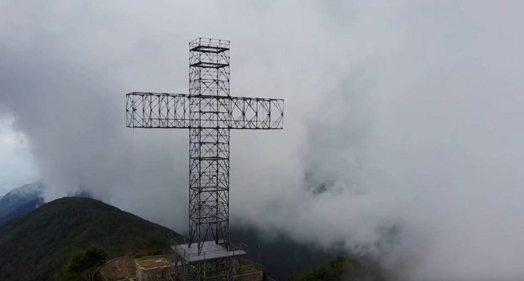croce 1024x550 - Credo di non esser stato capito: abbiamo lanciato Jimmy (il nostro drone) nella nebbia sul Gelbison (il Monte Sacro) - video spettacolare