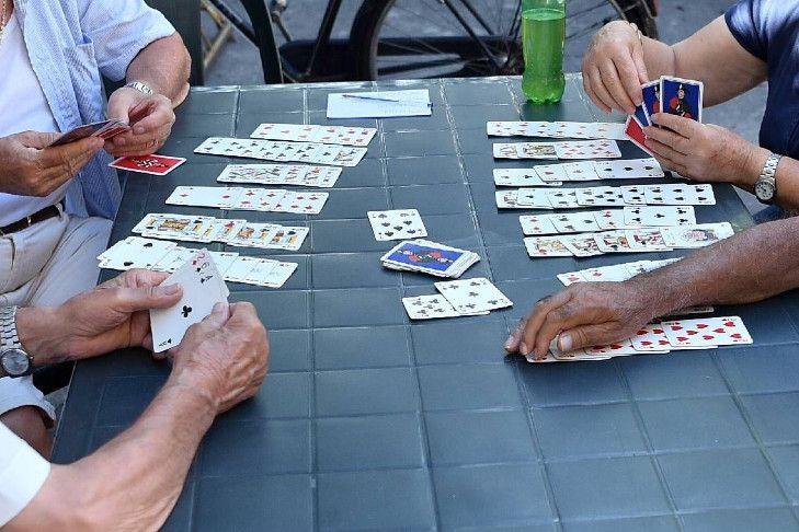 """gioco carte anziani fg - """"Sì al gioco delle carte nei bar"""""""