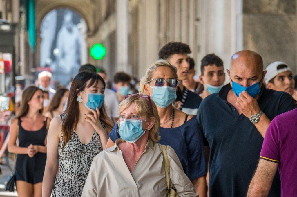 Copia di coronavirus mascherine passeggio fg 1024x681 - CAMPANIA, ORDINANZA N.22 DEL 31 AGOSTO 2021: PROROGA E AGGIORNAMENTO MISURE SU VENDITA ALCOLICI, MASCHERINE E RIENTRI DALL'ESTERO