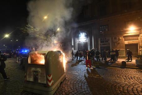 7858125ce33795fbc985f7bfbc7bf36e - Napoli, proteste contro il coprifuoco: blocco stradale e cassonetti rovesciati diretta live