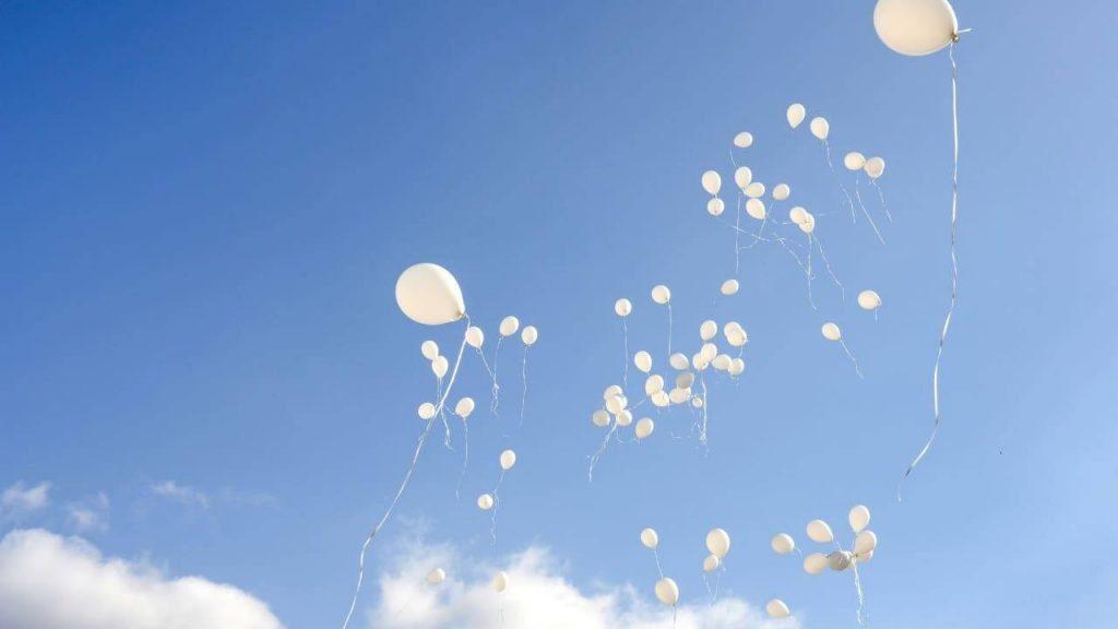 palloncini bianchi 1 1024x576 - Castellabate: l'ultimo saluto a Tommaso, vittima di un incidente stradale