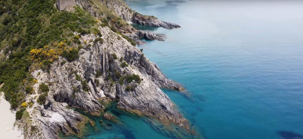 SCOGLIERA 1024x472 - Il Cilento visto dal drone: Marina di Ascea, la torre di Velia, il lungomare e la scogliera - video