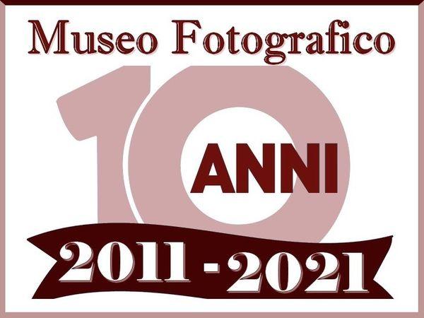 Locandina dieci anni - Ha compiuto dieci anni il Museo Fotografico Aldinoss di Nocera Inferiore
