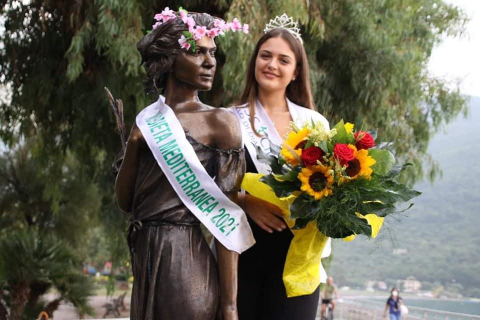 "dieta12 - L'opera di Sapri è Miss Dieta Mediterranea 2021 ""Ho voluto ricordare così lo scultore Gelsomino Casula"""