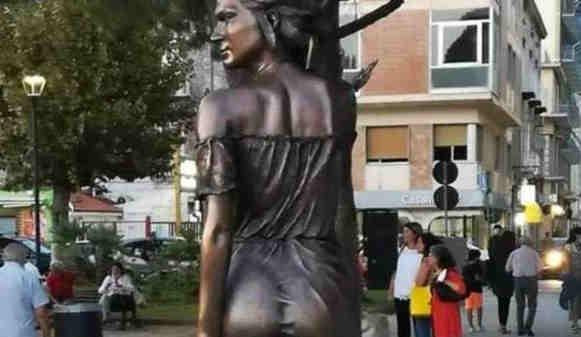 spigola - Spigolatrice di Sapri, scoppia il caso: «È sessista»