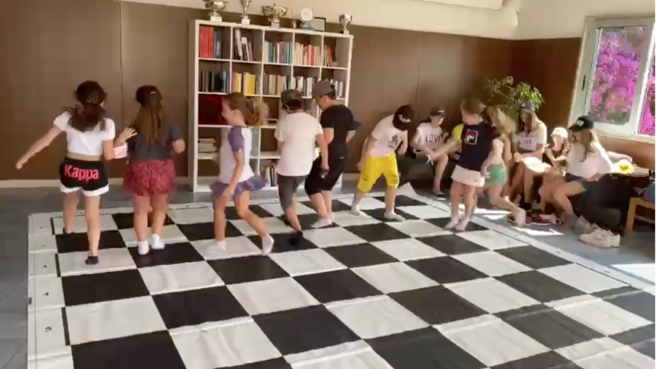 scuola di scacchi 960x539 - Imparare a giocare agli scacchi: un'utilità per la vita. l'Associazione Dilettantistica Scacchistica Partenopea  del Vomero, apre ai piccoli e ai grandi